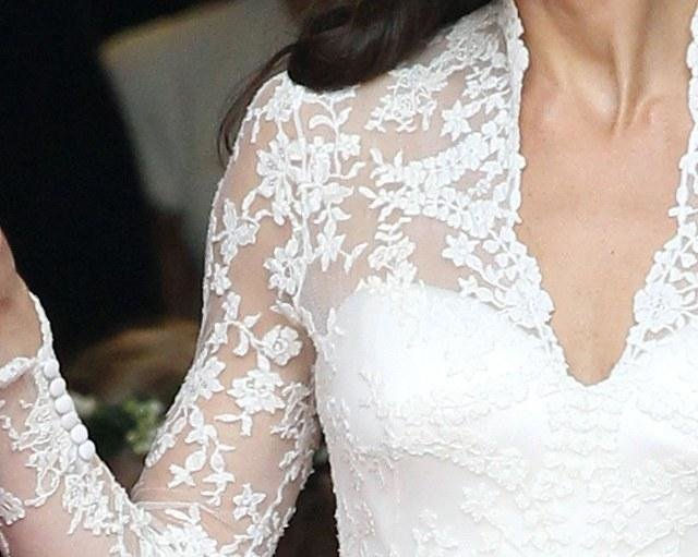 zdroj: http://media3.popsugar-assets.com/files/2011/04/17/5/192/1922564/0da1840c81c07390_kate_bodice/i/Kate-Middleton-Wedding-Dress.jpg