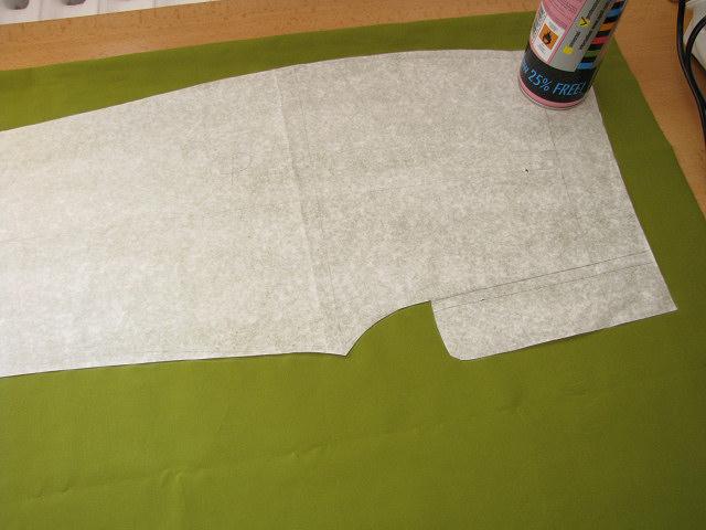 Látku přeložte podélně na půl lícem dovnitř a položte na ni střihové díly.  Klademe vždycky po látce (tj. rovnoběžně s osnovou). Komerční střihy na  sobě mají ... ba72f77374