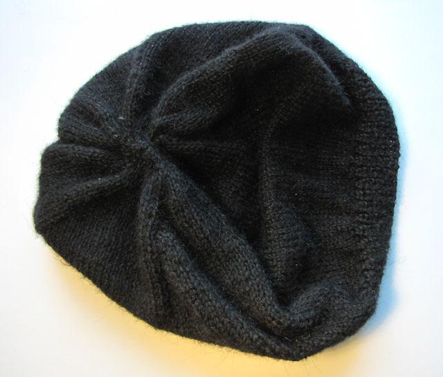 590ceb7b54e Baret je pletený na kruhových jehlicích. To je skvělý vynález