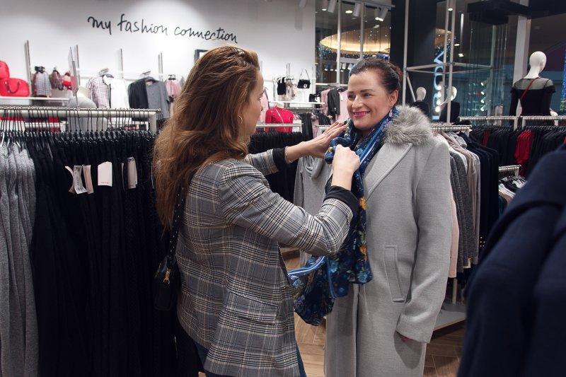 Ukázka příliš velkého kabátu. Foto: Kateřina Nevřelová.