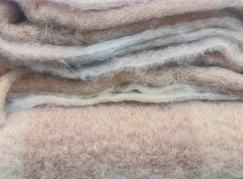 Ve svetru z alpaky vám rozhodně bude teplo. Zdroj: Natascha Kaukorat / Shutterstock, Inc.