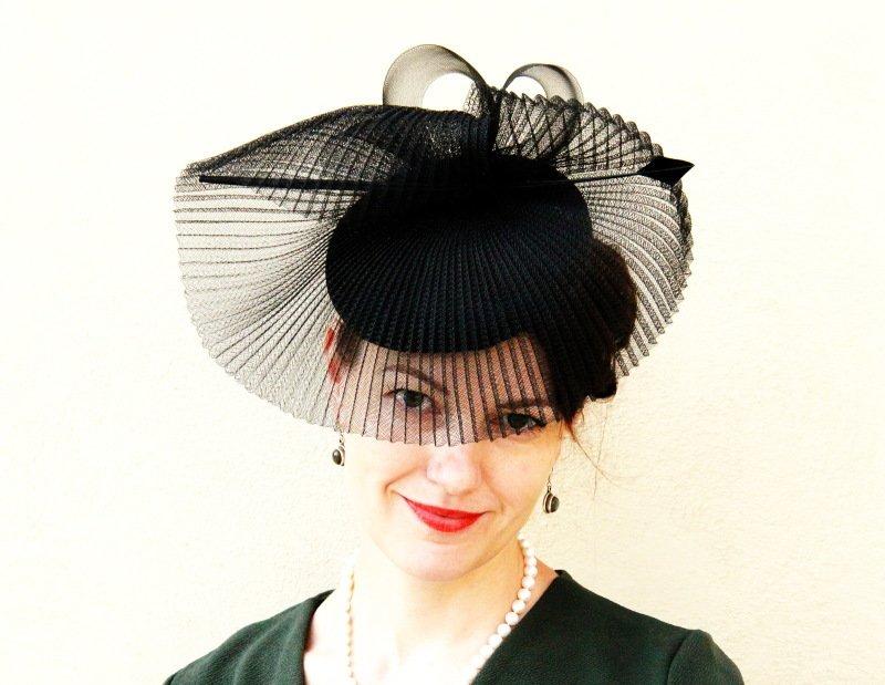 V klobouku od Modistky Jolany na vernisáži manželovy výstavy na Hradě, 2018. Autor: Andrej Halada